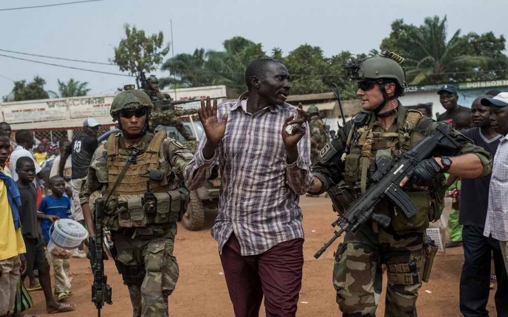 Французские военнослужащие задерживают на улице представителя мусульманской Seleka в гражданской одежде, который пытается скрыться и избежать ответственности за совершенные военные преступления