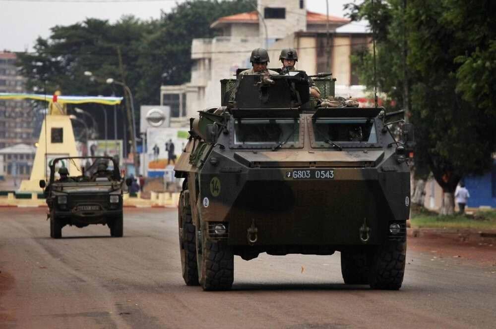 Французские солдаты в процессе патрулирования городских улиц
