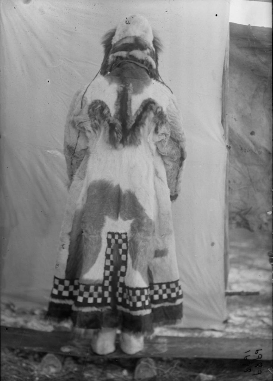 Якутка в зимней одежде. 1901