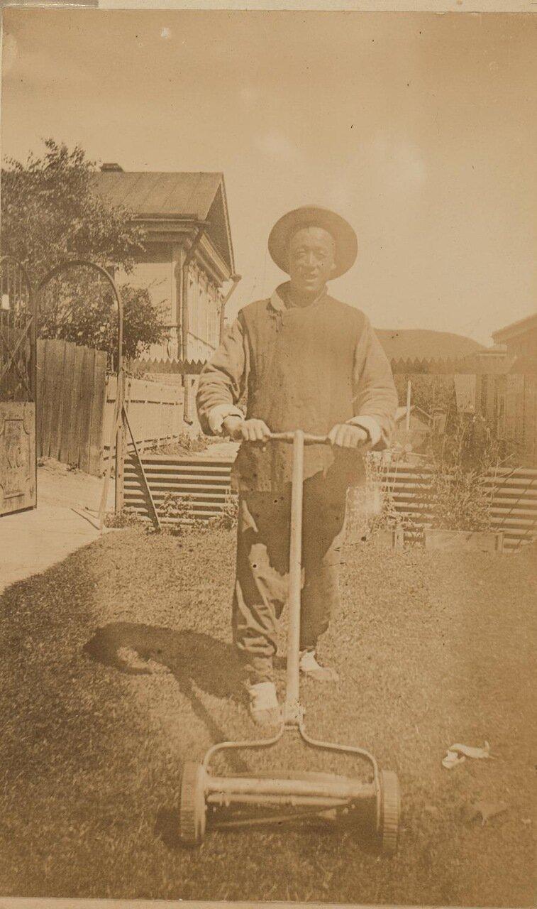 Доу Kee, китайский слуга, стрижет газоны. Владивосток, 1899
