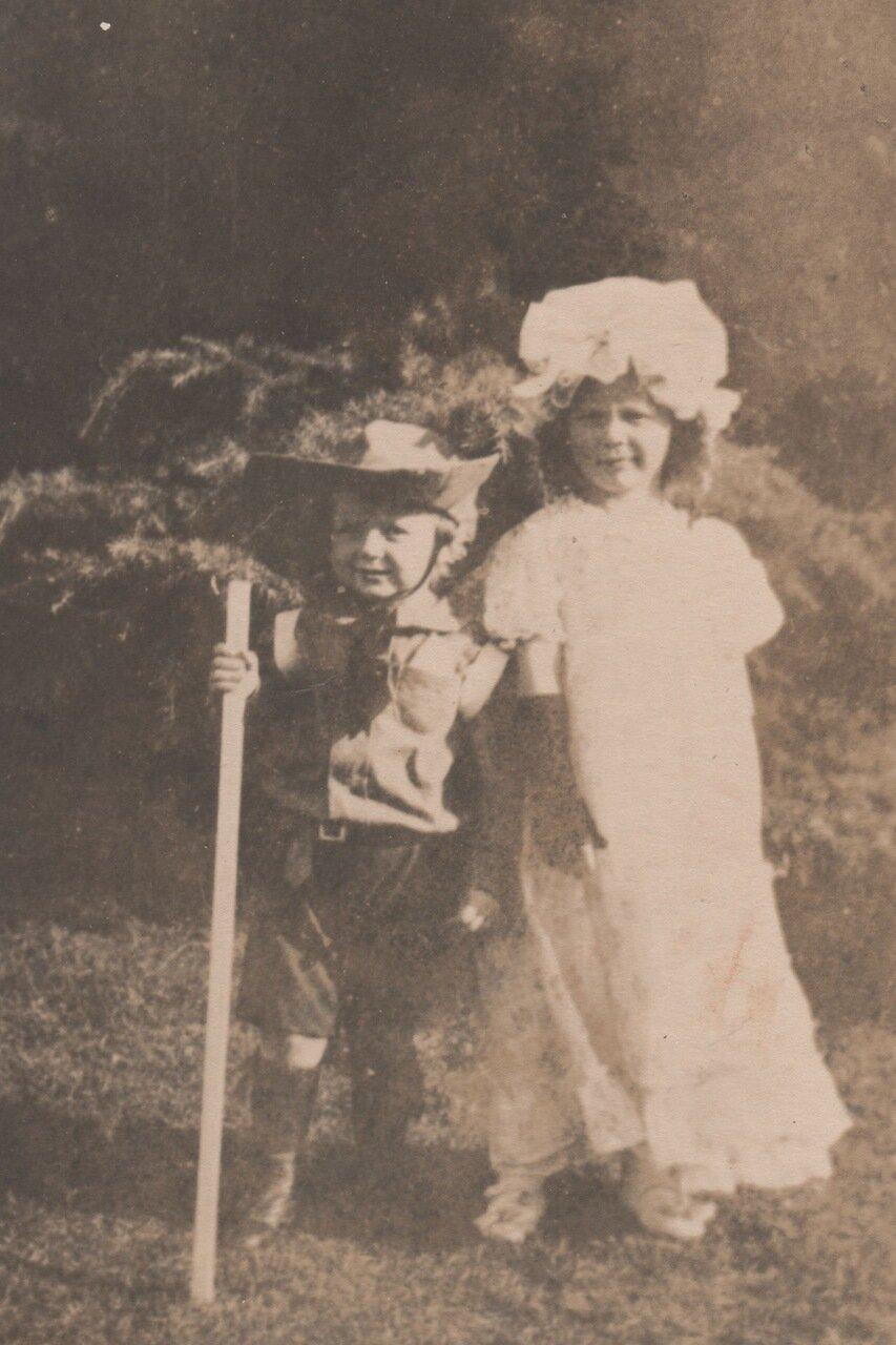 1914. Бетти и Китти Уайт