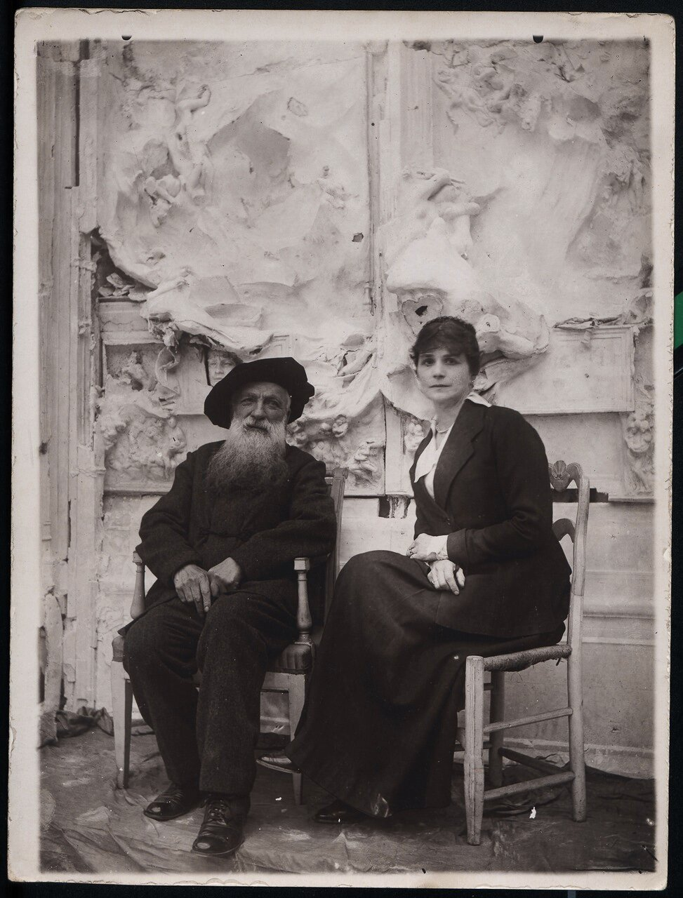 Огюст Роден и Генриетта Кольтат сидят у «Врат ада»