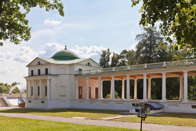 Дворцовый флигель со стороны парка в Остафьево