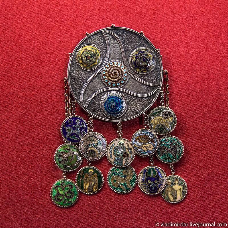 Нагрудное украшение «Знаки Зодиака». Манаба Магомедова. 1973. Серебро, перегородчатая эмаль, канфарение, скань.
