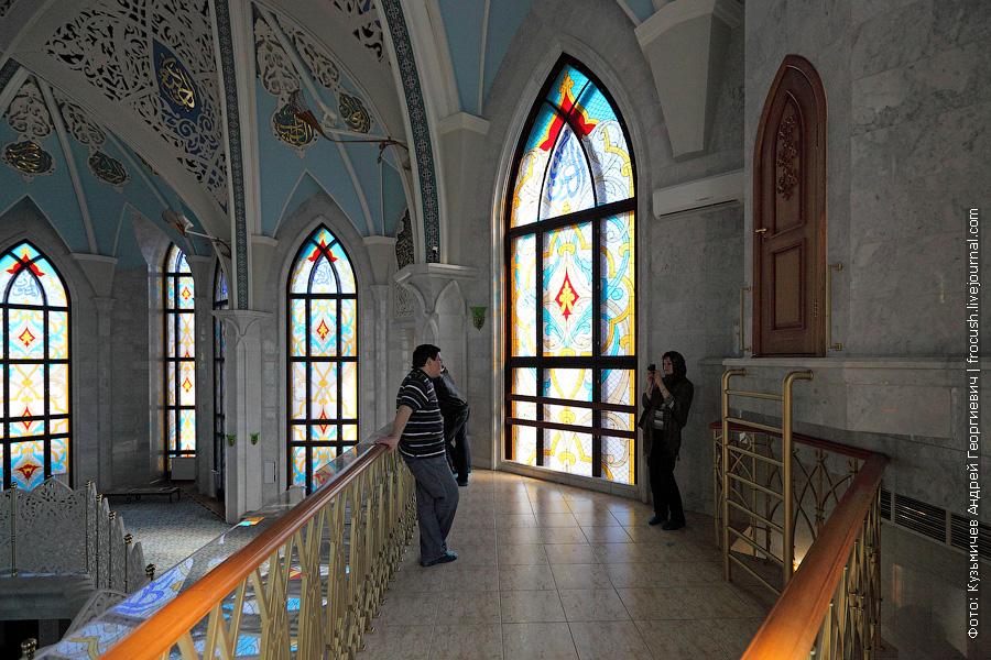 Молитвенный зал мечети Кул Шариф туристам показывают с балкончика