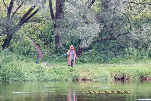 Река Москва, рыбак