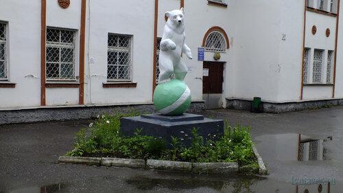 Фото города Инта №5045  Скульптура, установленная с южной стороны Кирова 36а