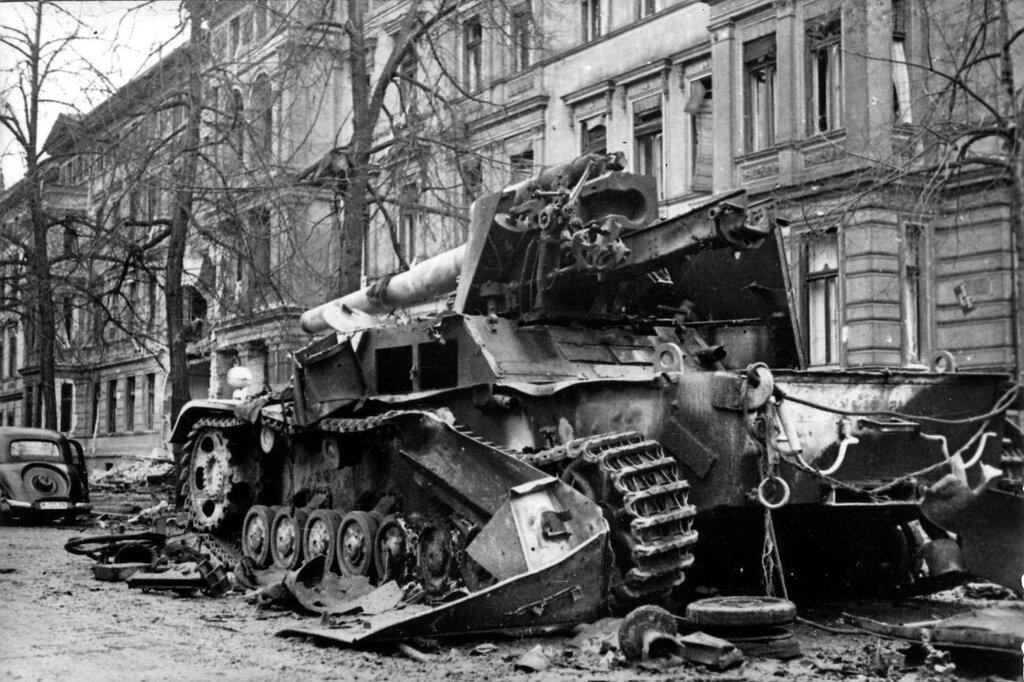 Немецкая 150-мм самоходная тяжелая полевая гаубица Sd.Kfz. 165 «Хуммель» (15 cm Panzer-Haubiter 18/1 auf Fahrgestell des Geschutz Wagen III/IV Hummel), уничтоженная советскими войсками в польском городе Бриг (Brieg) (ныне Бжег (Brzeg) в Польше во время на