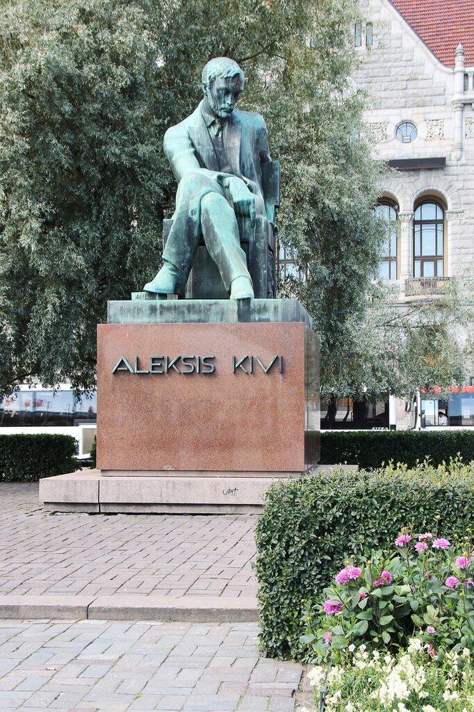 Finnish National Theatre, Helsinki,Aleksis Kivi monument, Rautatientori,Railway Square,Järnvägstorget. Хельсинки, привокзальная площадь, Финский национальный театр, памятник Алексис Киви