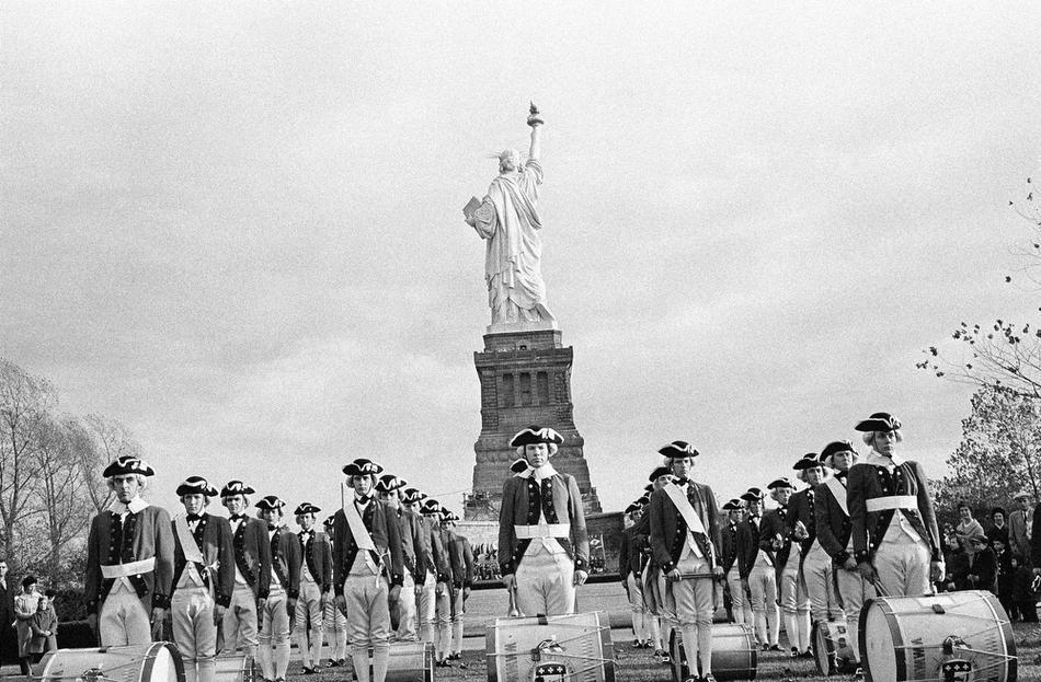 27. Флейтисты и барабанщики из 3-й пехотной дивизии, Форт Майерс, в форме образца ХVIII века у стату