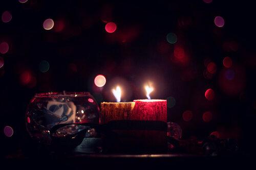 Две погасшие свечи, снова вспыхнули в ночи