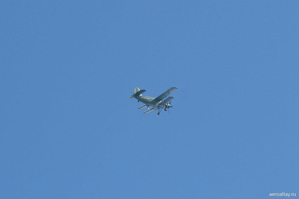 Ан-2 готовится десантировать парашютистов на авиашоу в Барнауле