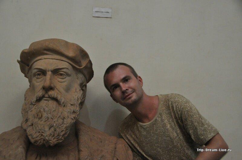 Сергей и бюст Васко де Гамы, некогда украшавший колонну Ашоки