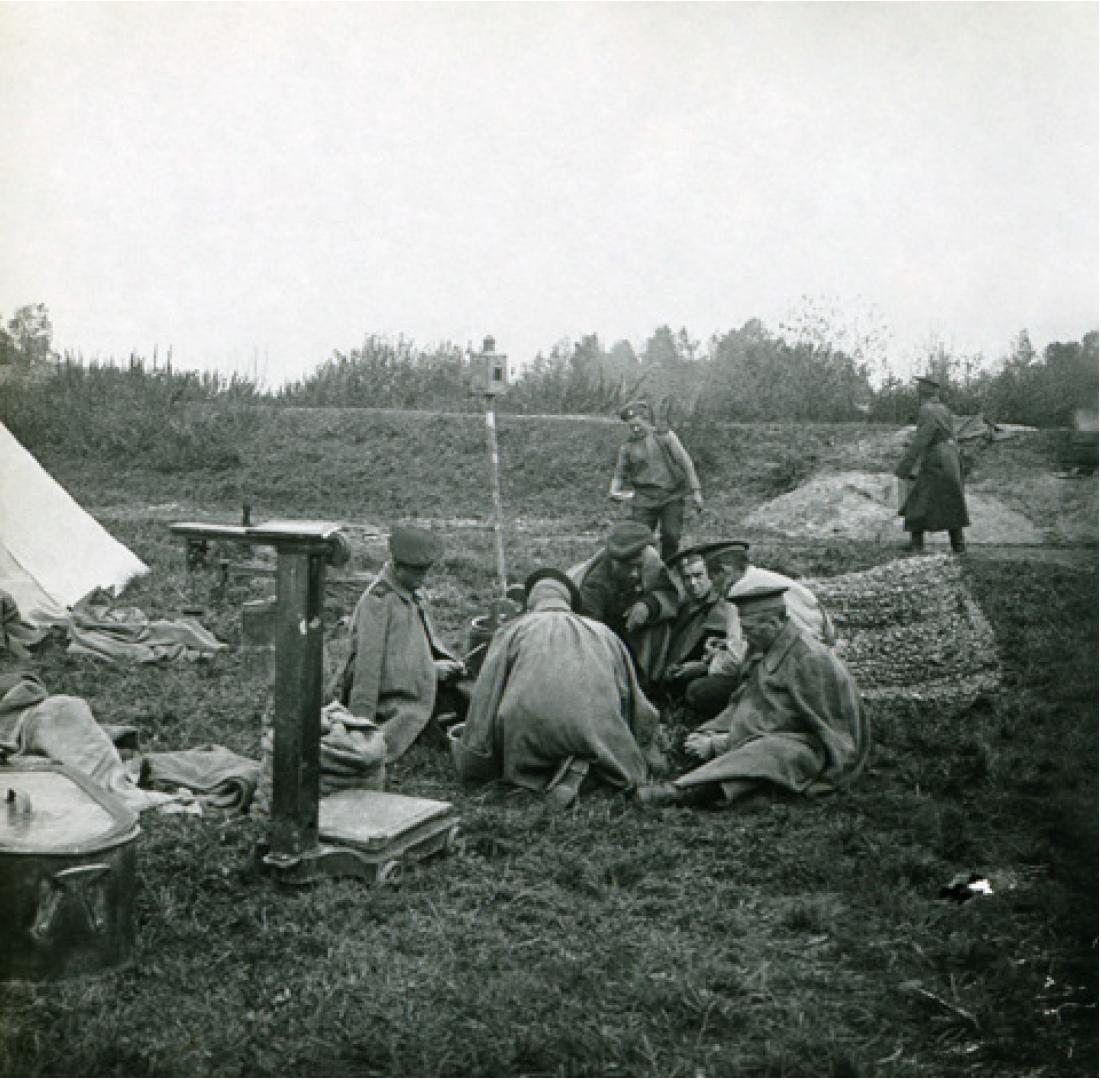 30. 1914. Солдаты чистят картошку на привале, Галиция