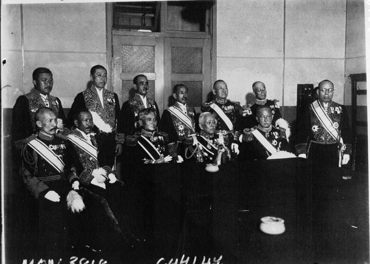 Все члены правительства Японии в парадных костюмах