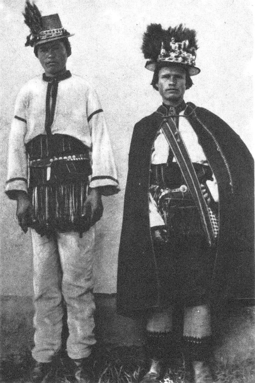 Молодые парни в народной одежде. Село Тишкивцы