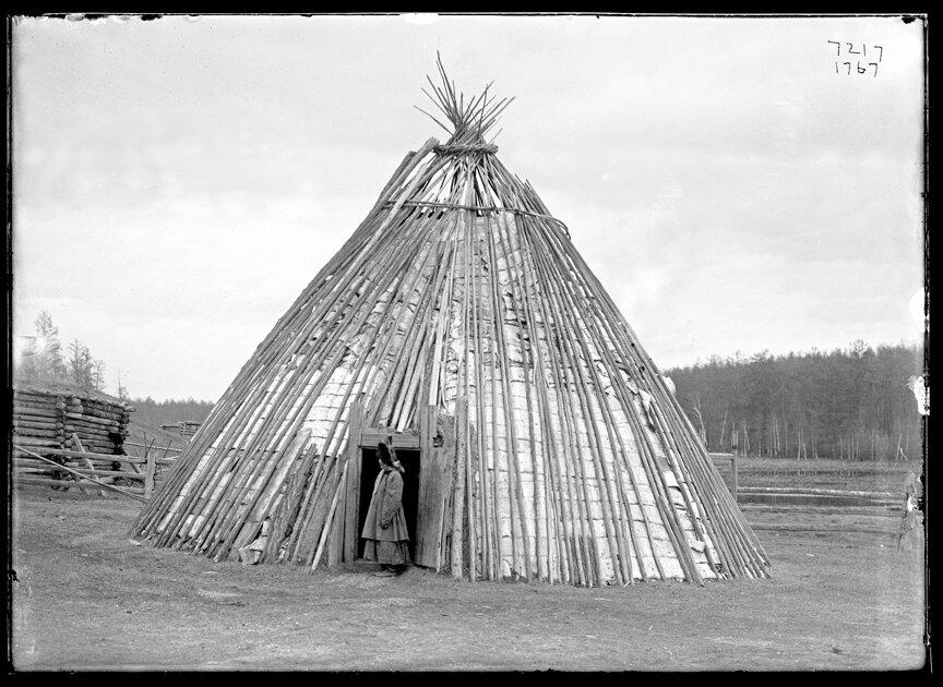 Якутка у входа в чум. 1902