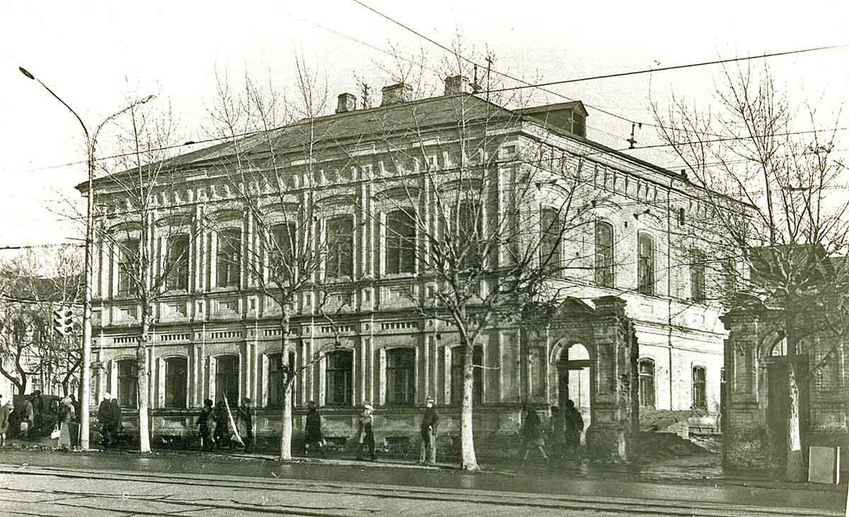 Угол ул.Ленина и Комсомольского проспекта. Около ЦУМа