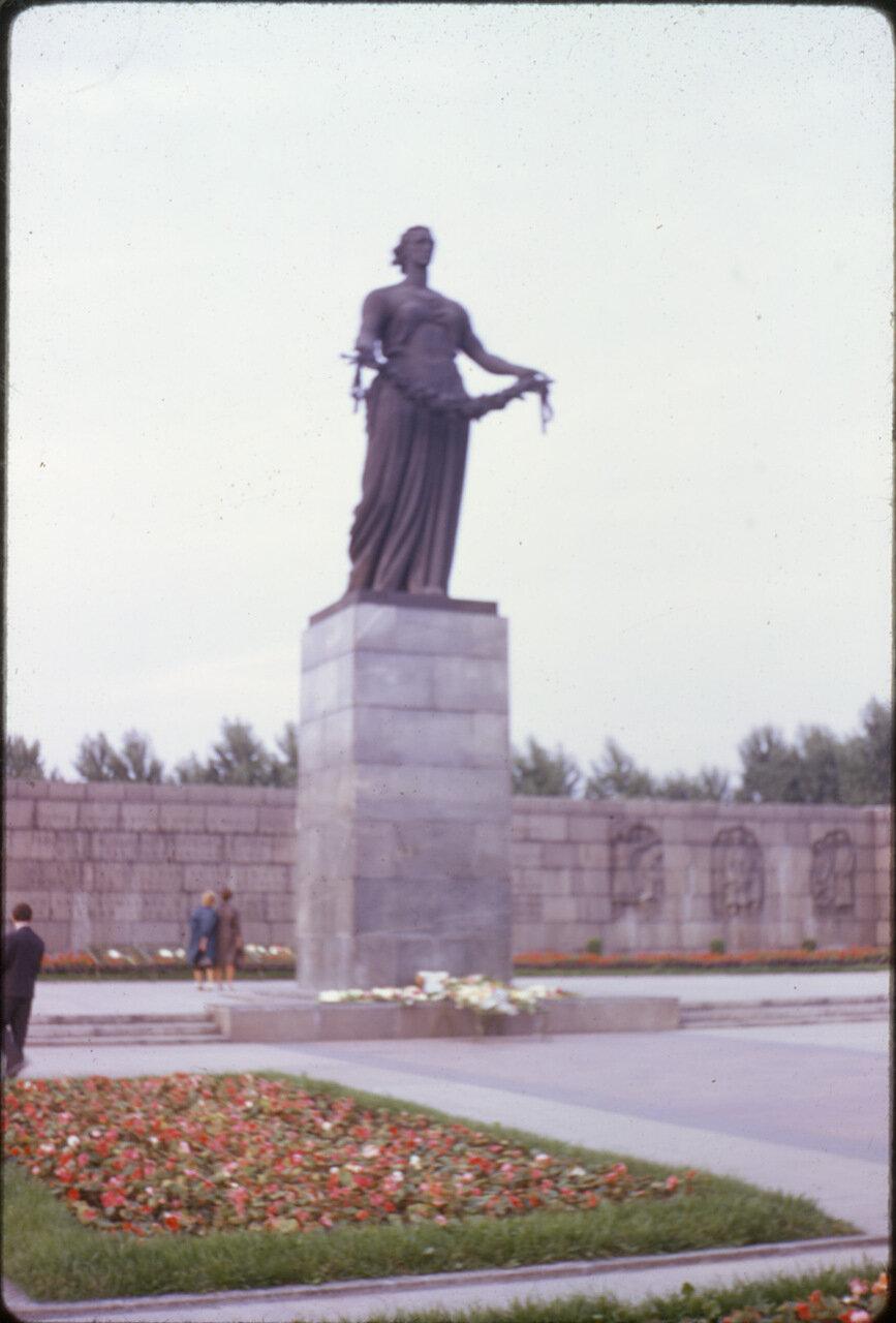 Монумент на Пискаревском кладбище