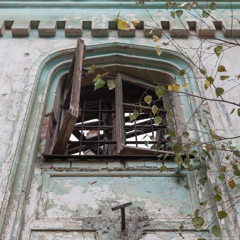 Окно над входом замка в Колосово