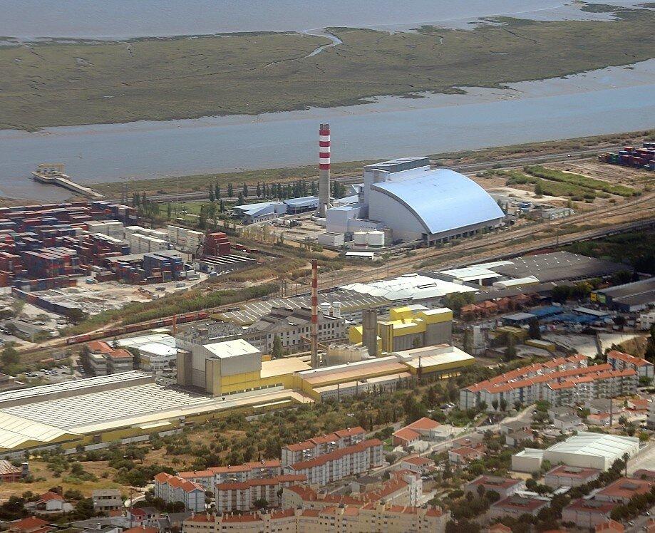Окрестности Лиссабона с воздуха. Мусоросжигательный завод в Сан-Жуан-да Талха (São João да Talha).