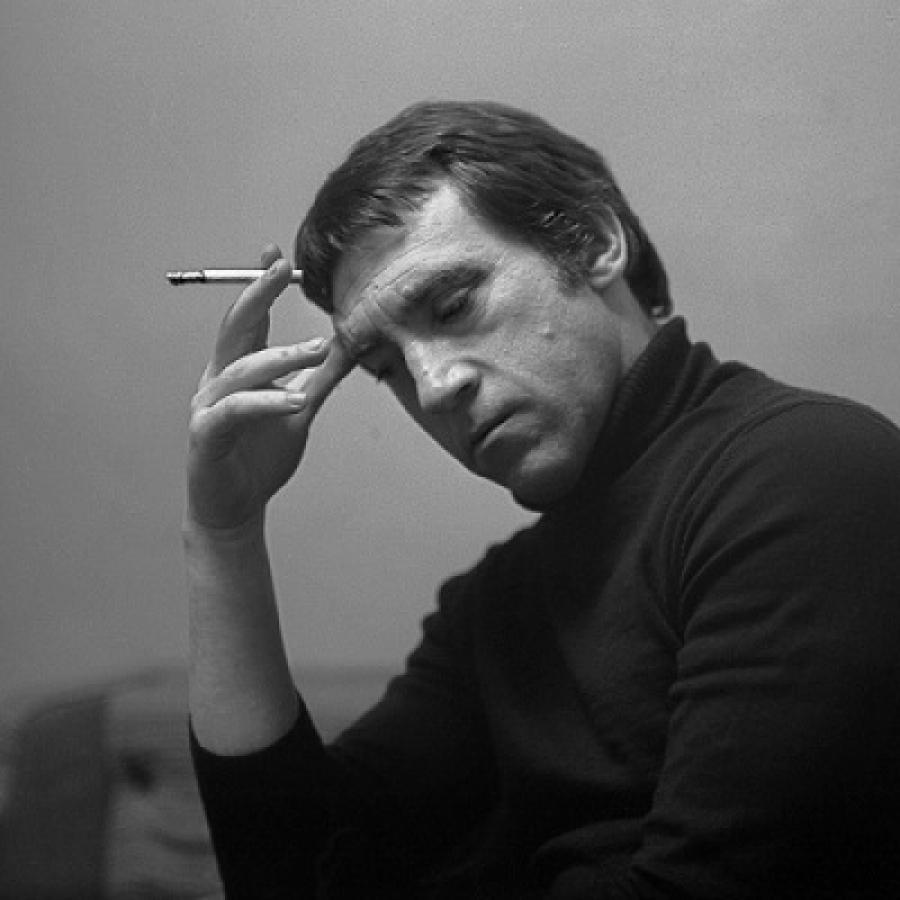 Высоцкий пытается преодолеть зависимость, разобраться в себе и начинает задумываться о смысле жизни