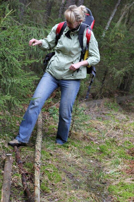 Катя пытается форсировать ручей по деревяшкам