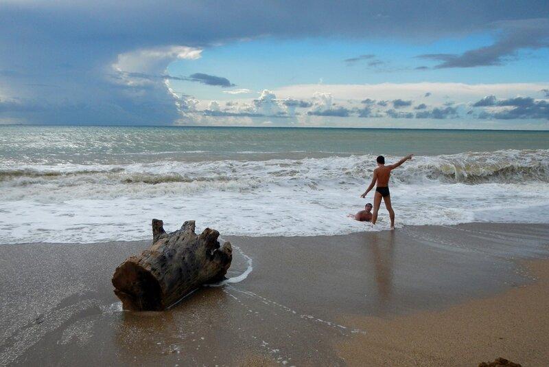 Витя с Валеркой в штормовых волнах