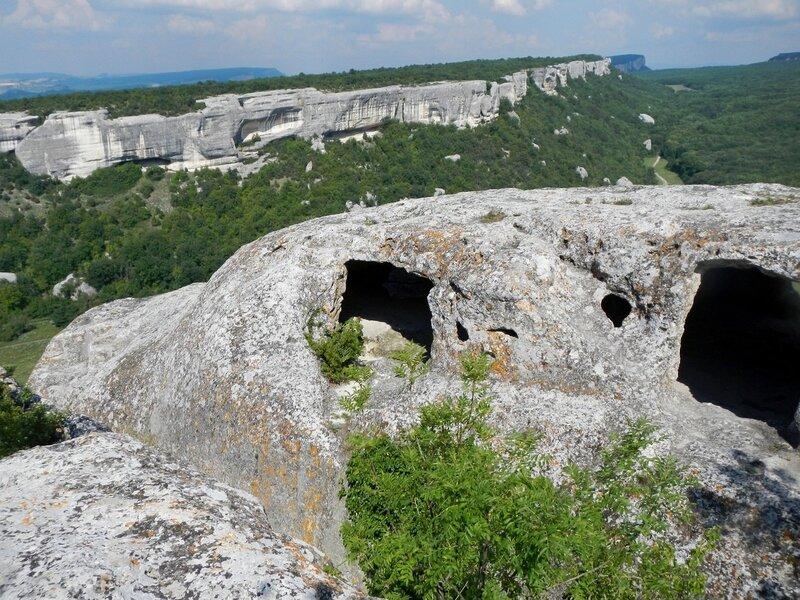Строения пещерного города Эски-Кермен