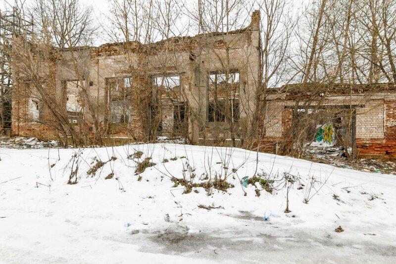 Руины здания недалеко от Кимрки, Кимры