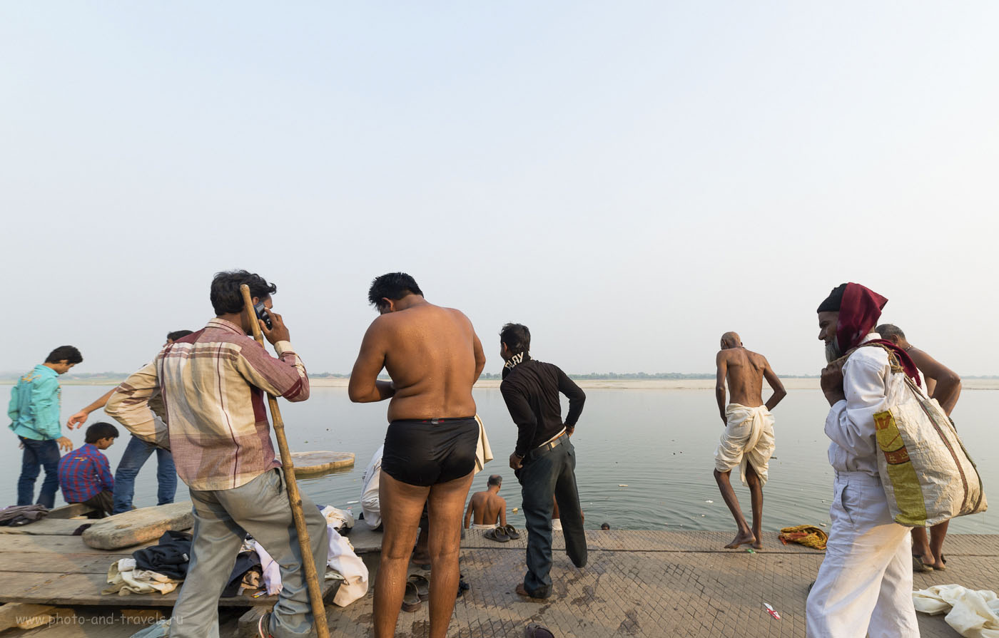 Фотография 18. Подготовка к купанию в священной реке Ганг на гхате в Варанаси. Совсем рядом - сжигают людей, но на это никто не обращает внимания. Отчет о путешествии по Индии. 1/160, 8.0, 200, 14. Фотокамера Nikon D610, сверхширокоугольный объектив Samyang 14/2.8.