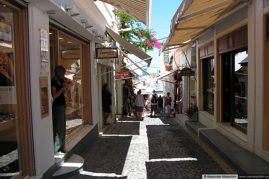 Улица с магазинами в Фире на острове Санторини