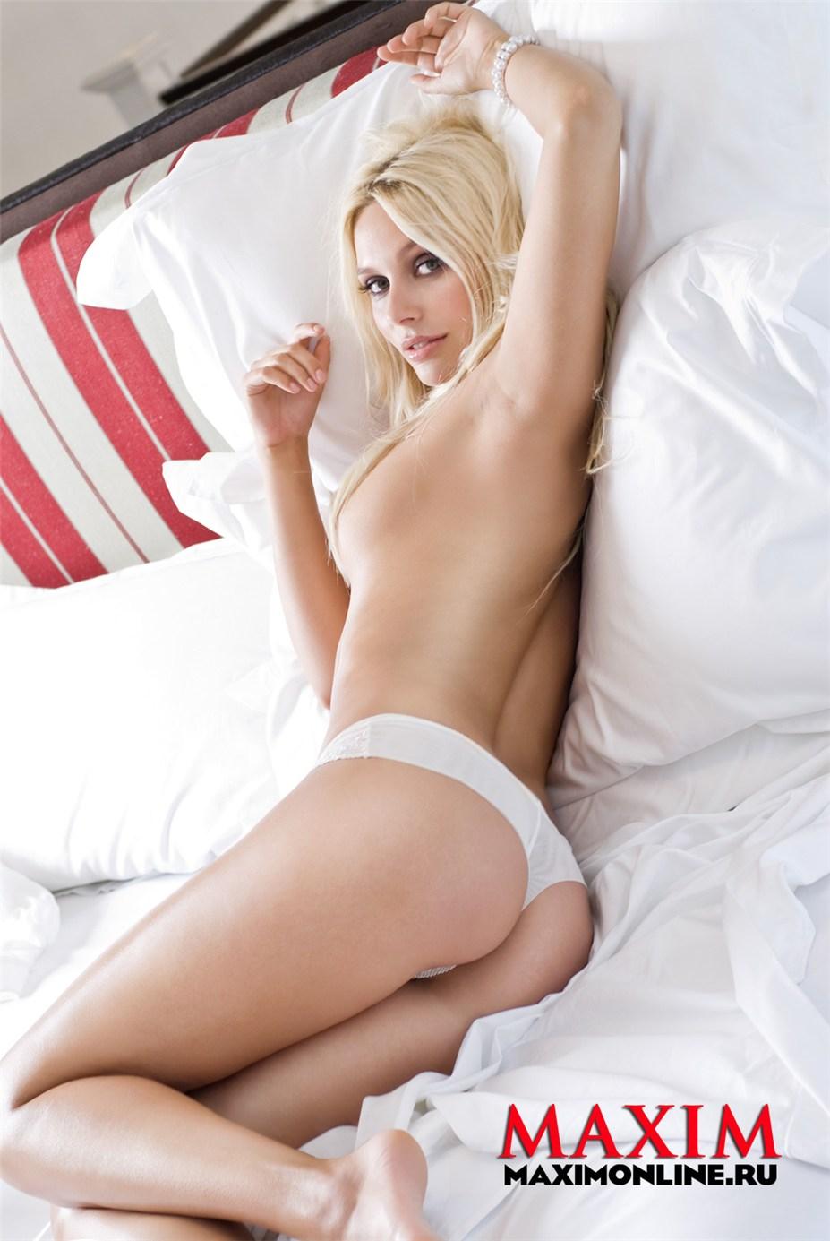 голая Наталья Рудова в Maxim Россия август 2010
