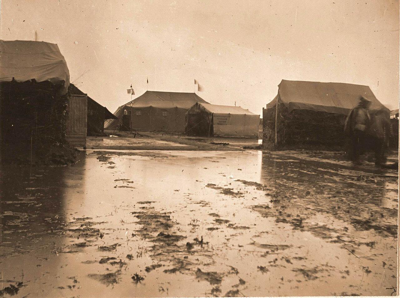 12. Вид на лазарет и палатки военного лазарета во время разлива реки в дождливый период