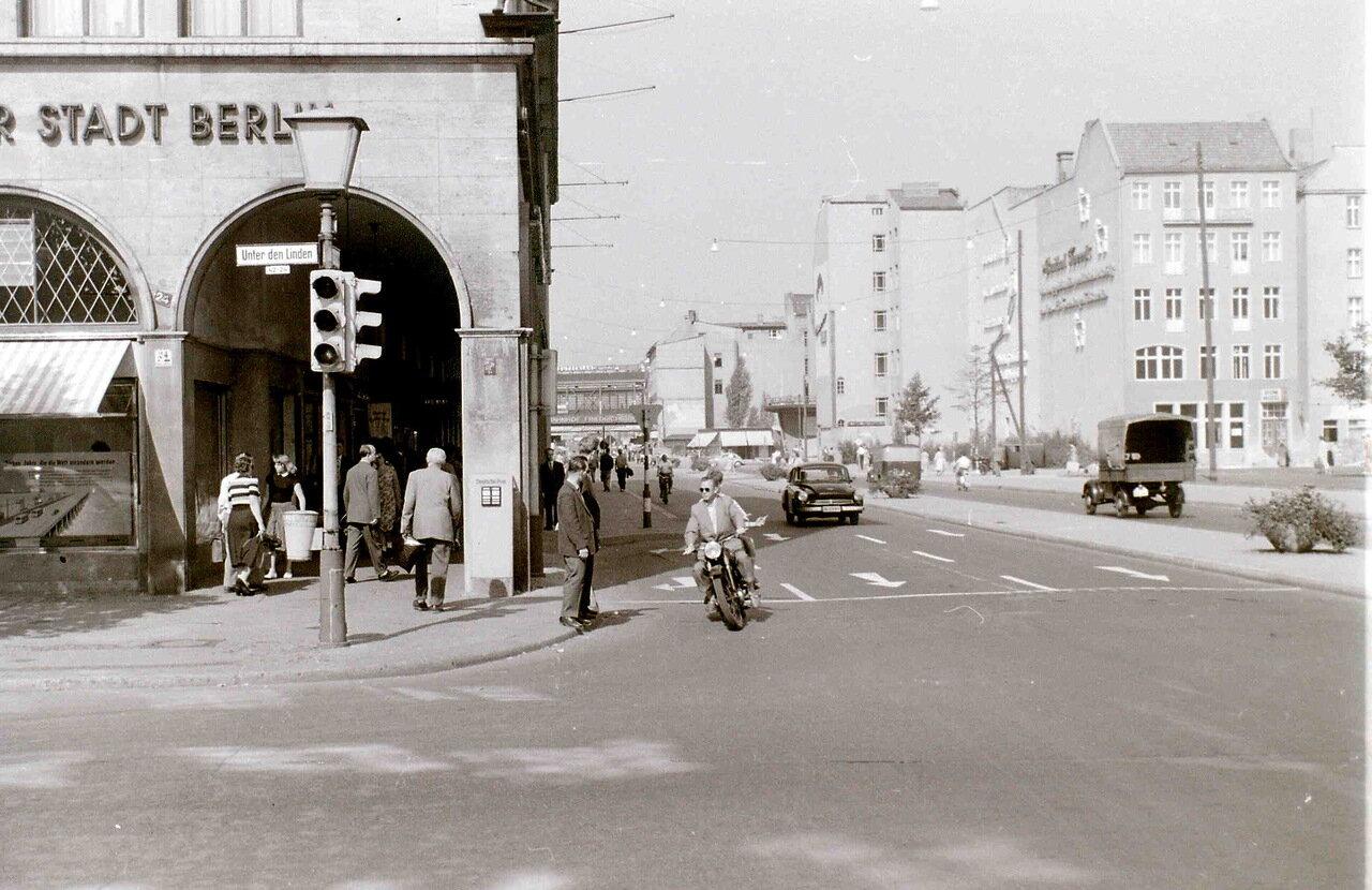 11 сентября 1959. Переход с Фридрихштрассе на Унтер-ден-Линден, Восточный Берлин