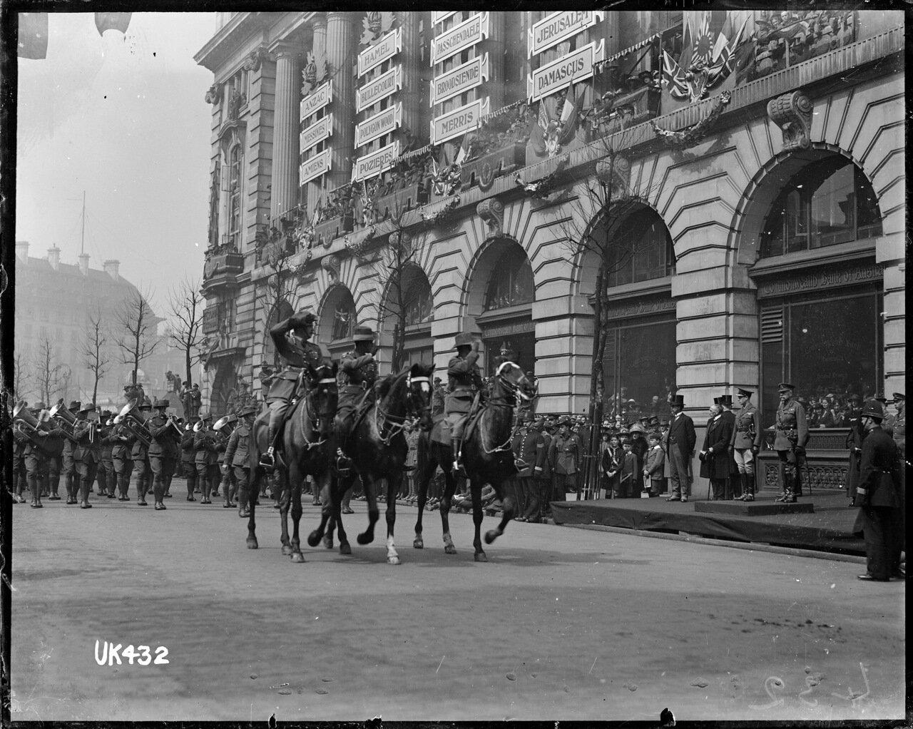 Офицеры кавалеристы и австралийский военный оркестр на параде