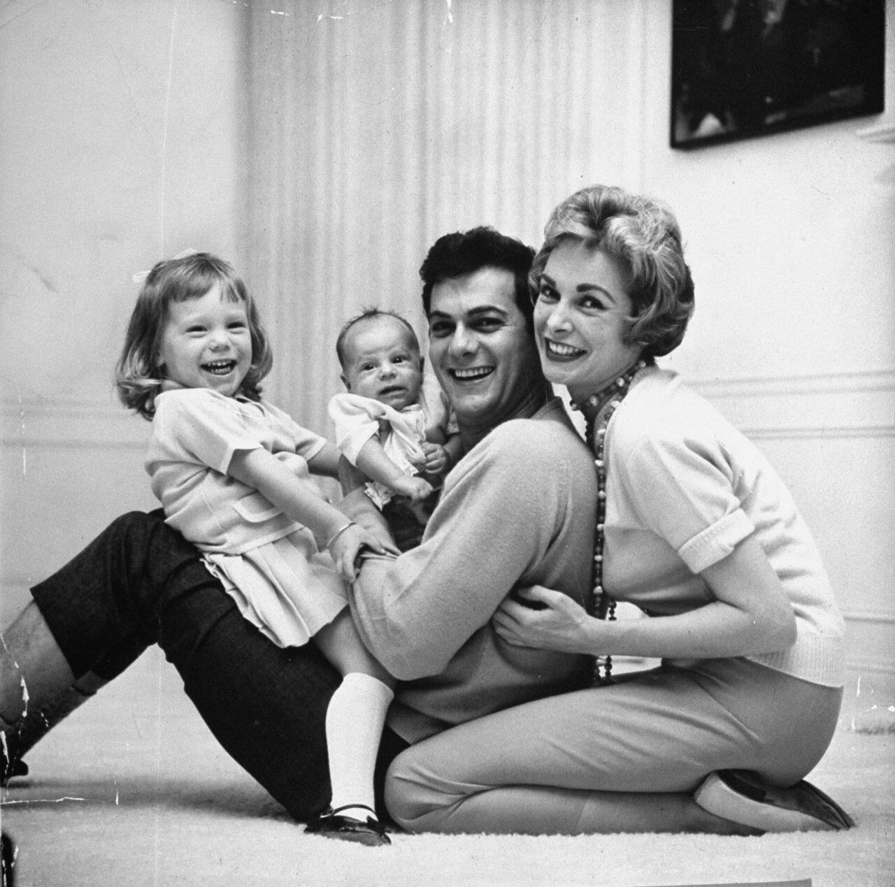 1959. Тони Кертис и Джанет Ли играют со своими дочерьми. Слева будущая актриса телевидения Келли Кертис, справа будущая кинозвезда Джейми Ли Кертис. Беверли-Хиллз