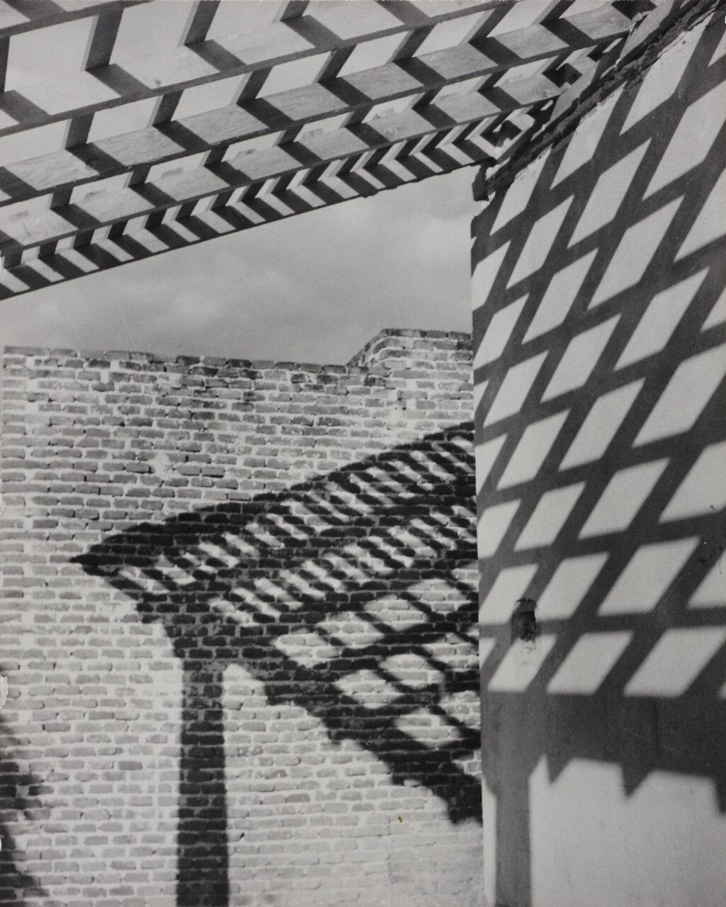 1950. Тени на стене