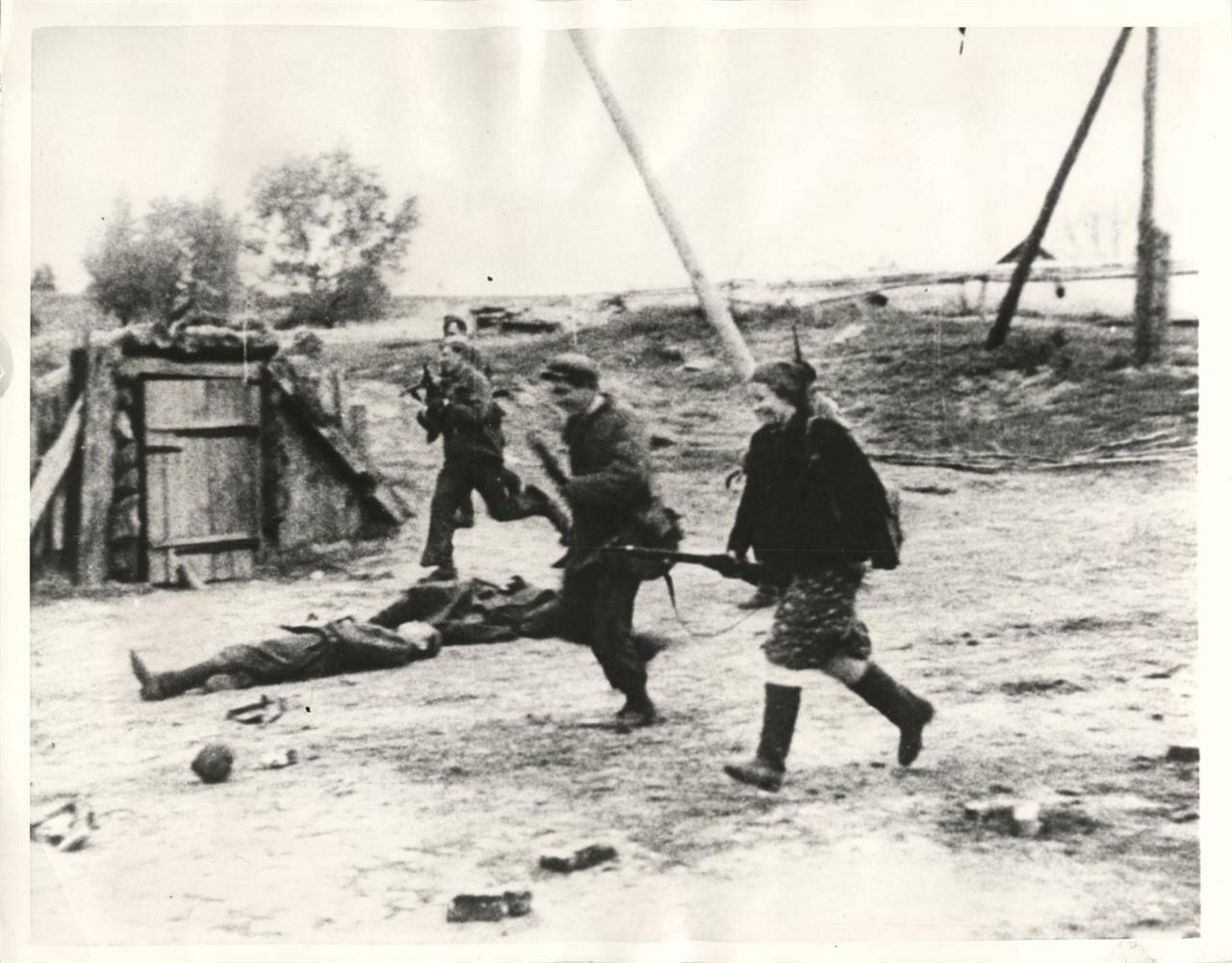 Партизанка участвует в бою за деревню