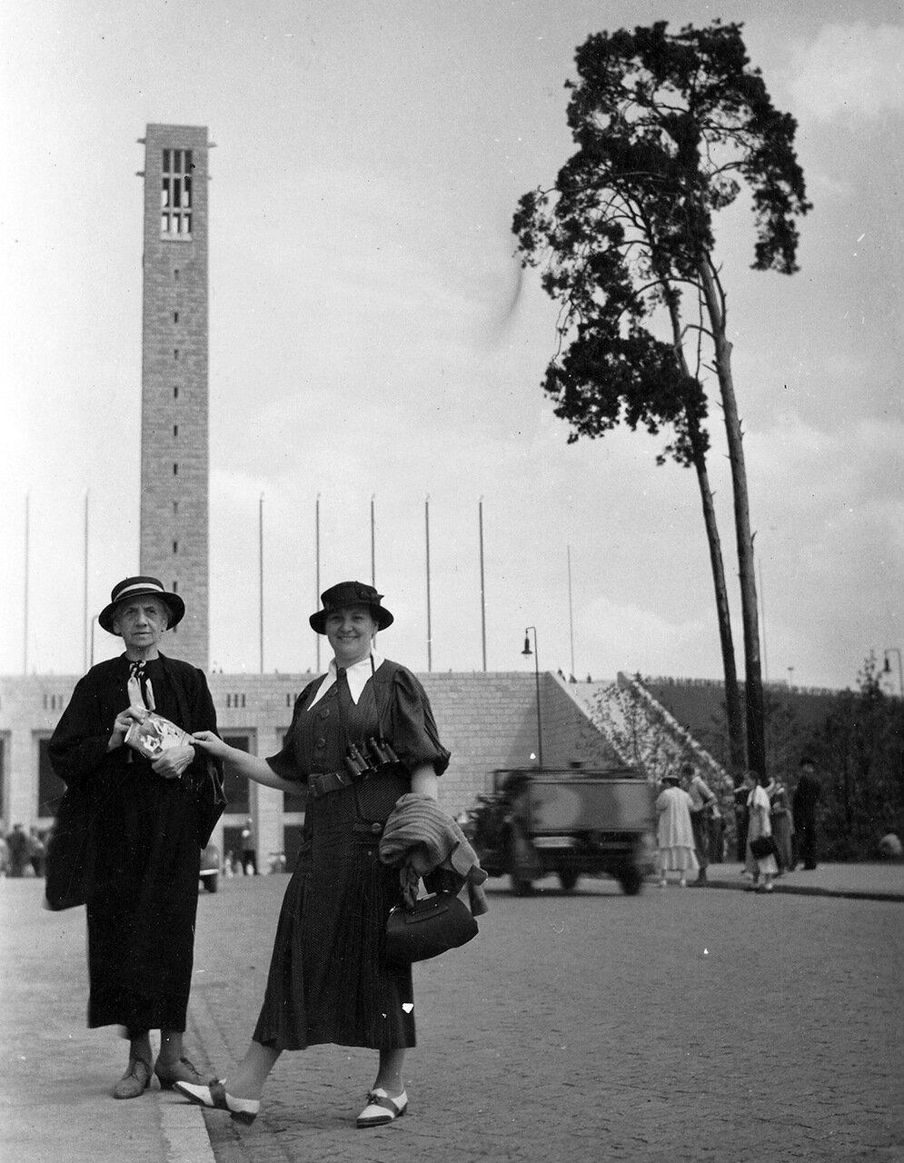 1936. Берлин, возле Олимпийского стадиона