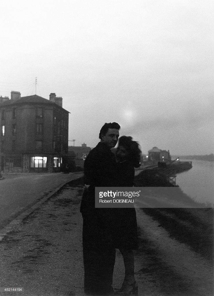 1945. Влюбленные на берегу Сены