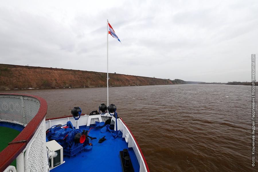теплоход Василий Чапаев идет вверх по реке Вятка