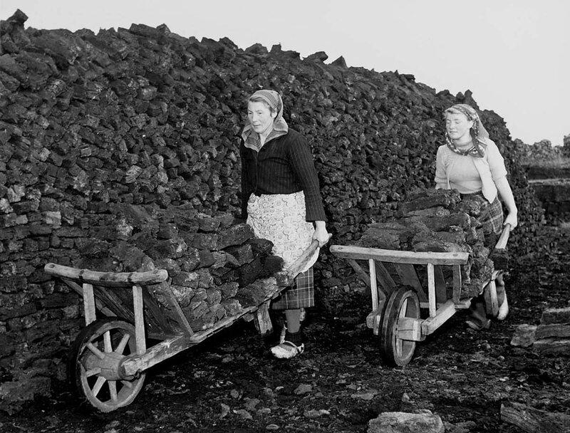 Transport van turf met kruiwagens, Klazienaveen, 26 oktober 1951Foto Ben van Meerendonk / AHF, collectie IISG, Amsterdam