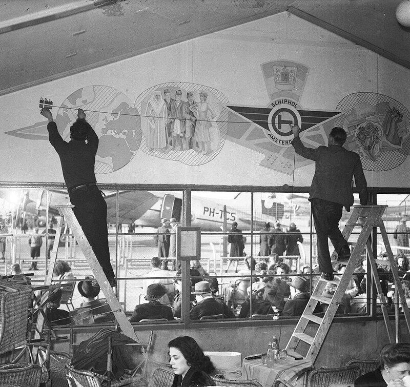 Wandschildering van Peter Alma in Schiphol, 19 maart 1948Foto Ben van Meerendonk / AHF, collectie IISG, Amsterdam