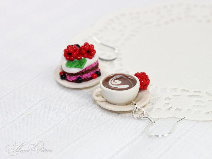 Малиновое пирожное и чашечка кофе
