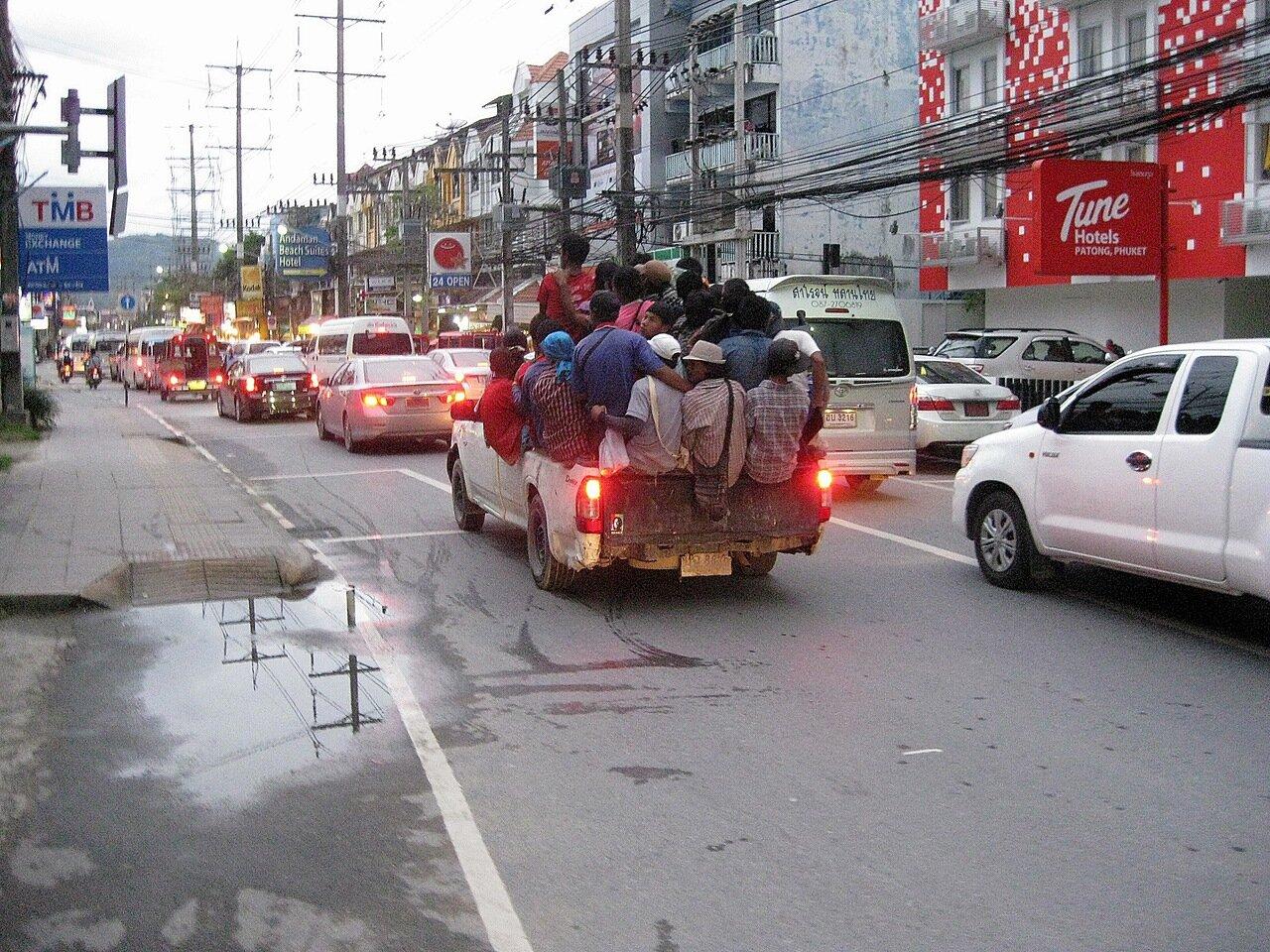 Патонг, Таиланд, строителей везут на работу как сельдей в банке - владелец фото http://www.netzim.ru/