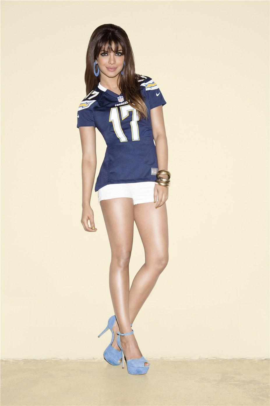 Priyanka Chopra / Приянка Чопра в униформе команды NFL San Diego Chargers / сезон 2013-14