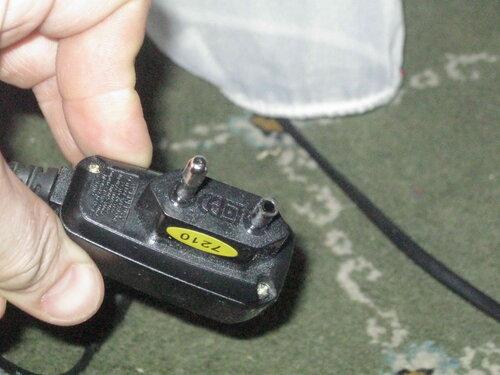 Фото 6. На месте одного из штырей штепсельной части зарядного устройства зияет дыра.