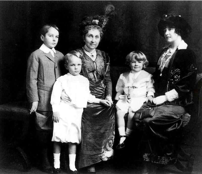 Фиби и Миллисент ок 1910