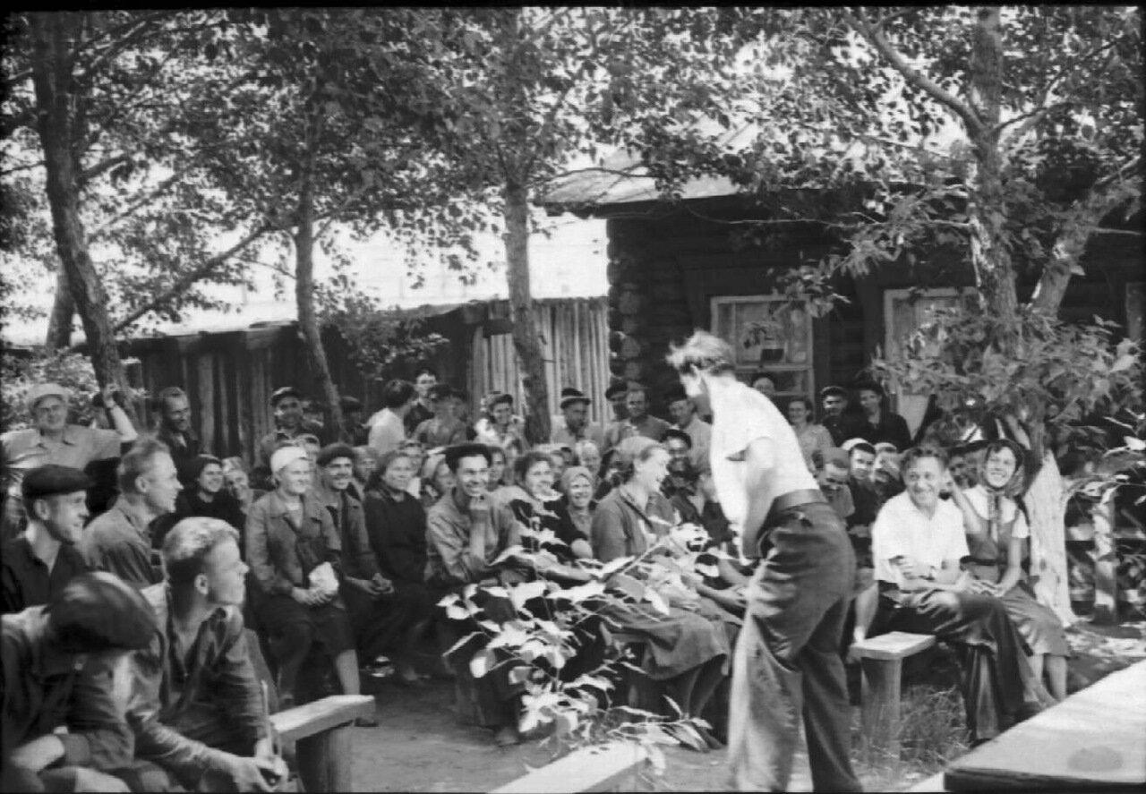 1957 г. Собрание рабочих завода Строммашина в заводском садике. Выступает активист по фамилии Заика